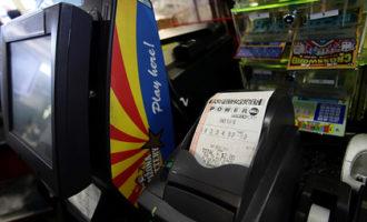 Мужчина обманул лотерейные автоматы и украл билеты на десятки тысяч долларов